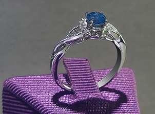 Anillo De Oro De 14kt, Con Diamante Central De:  0.51 Puntos Color- Blue (Treated) Claridad- SI2