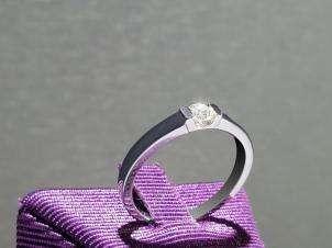 Anillo De Oro De 14kt, Con Diamante Central De: 0.17 Puntos Color-  D Claridad-  SI1
