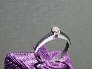 Anillo De Oro De 14kt, Con Diamante Central De: 0.14 Puntos Color-  E Claridad-  SI2