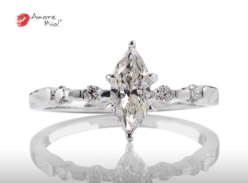 Anillo de compromiso de oro, con diamante central de: 0.69 Puntos Color- H Claridad- VS2