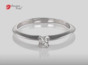 Anillo de compromiso de oro, con diamante central de: 0.11 Puntos Color- D Claridad- VS1 (49/51)