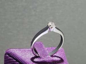 Anillo De Oro De 14kt, Con Diamante Central De: 0.20 Puntos Color- H Claridad- SI1