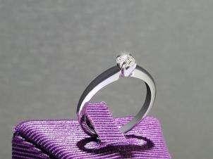 Anillo De Oro De 14kt, Con Diamante Central De: 0.20 Puntos Color- G Claridad- SI1