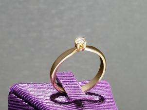 14kt Gold Ring with Round 0.09 H VS1 Diamond