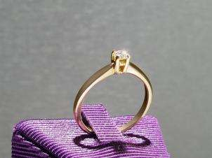 14kt Gold Ring with Round 0.14 H VS1 Diamond