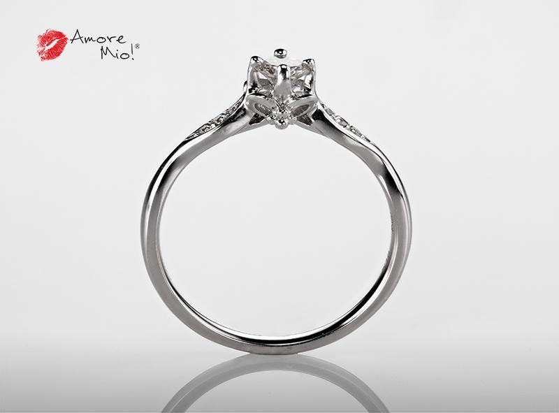 Anillo de compromiso de oro blanco de 18k con un diamante de: 0.2 puntos Color- I Claridad- VS2 (62/38)