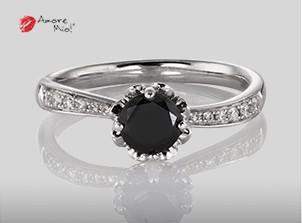 Anillo de compromiso de oro blanco de 18k con un diamante de: 0.44 puntos Color- Black Claridad- N/A