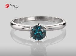 Anillo de compromiso de oro de 14k, con diamante central de: 0.56 Puntos Color- Blue (tratado) Claridad- I1 (17/83)