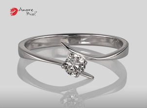 Anillo de compromiso de oro, con diamante central de: 0.16 Puntos Color- D Claridad- VVS2
