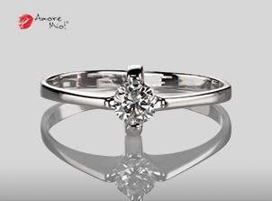 Anillo de compromiso de oro, con diamante central de: 0.25 Puntos Color- D Claridad- SI1 (31/69)