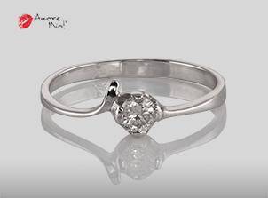 Anillo de compromiso de oro, con diamante central de: 0.24 Puntos Color- H Claridad- SI2